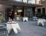 ...ampio giardino per concedersi piacevoli momenti di relax con amici. Bar 24 ore...